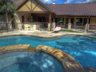 Brand new home with swimming pool and hot tub with Private River Access!, Concan