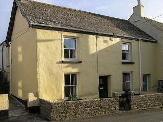 COBB COTTAGE, pet-friendly traditional cottage, village setting, garden, WiFi, St Keverne, Helston Ref 929441