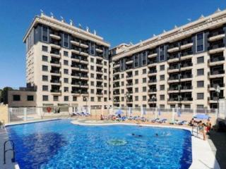 Modernos apartamentos con gran piscina. Ideal para famílias