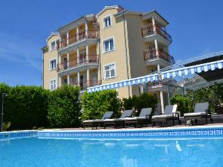 Trogir Center 2 BR Apartment With Pool for 5