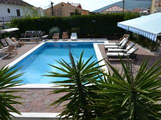 Trogir Center 2 BR Apartment With Pool for 5 - A5
