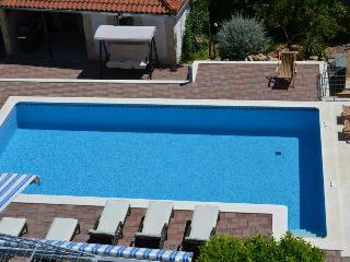 Trogir Center 1 BR Apartment With Pool for 4