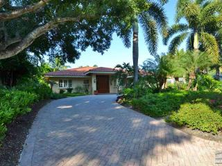 Gorgeous Olde Naples home just blocks to 5th Ave and the beach, Nápoles