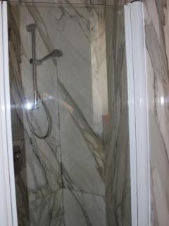 Bagno in marmo con doccia