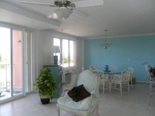 Condo with ocean view & overlooking golf course, Nassau