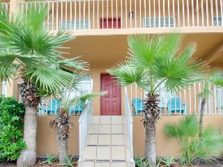 Casual, half block from the beach w/ two patios, shared pool!, Port Isabel