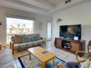 Dog-friendly duplex near beach access, great restaurants & more!, South Padre Island