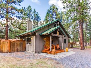 Cute cabin with wonderful community amenities - including a shared pool!, Sisters