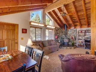 Dog-friendly ski chalet near Northstar, with room for 12!, Truckee