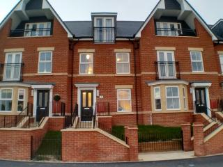 Serene Sands - Seaside 3 bed townhouse + garden, Felixstowe