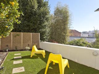 Sunny garden apartment in Av. da Liberdade