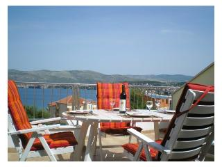 Top Floor Apartment, Sea View, Large Terrace, Okrug Gornji