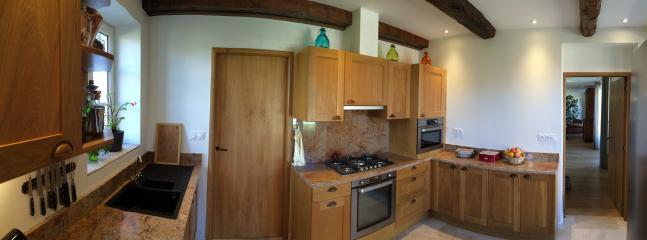 La cuisine et son accès vers le séjour