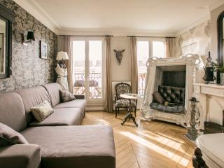 Superb typically Parisian flat - great location