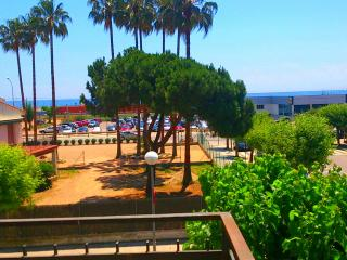 Apartment 2 bedrooms with a view sea, 100m beach and train, 25kms Barcelona away