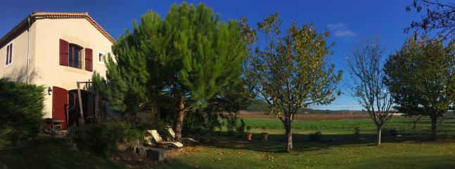 Vue sur la maison Bacchus et son jardin