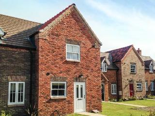 BAILEY COTTAGE, two bedrooms, open plan living, patio, on holiday park, in Filey, Ref 925364