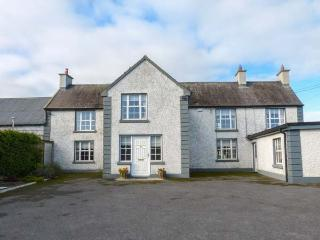 BODAL FARMHOUSE, 300-year-old farmhouse, en-suite, AGA, open fire, parking, garden, Gowran, Ref 929108