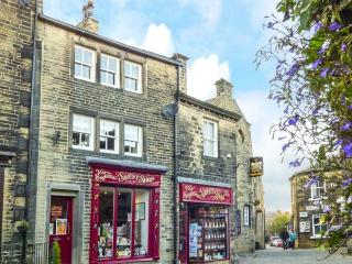 CLOCK VIEW second floor apartment in heart of town, en-suite shower room in Haworth Ref 930443