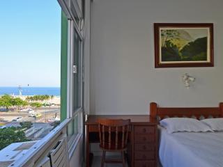Beautiful studio with sea view in Copacabana for season rental. Accomodates up to 3 people! C089, Río de Janeiro
