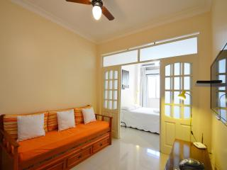 Cozy studio apartment to up to 4 people with sea view for vacation rental in Copacabana. Only a 2 minute walk from the beach! C090, Rio de Janeiro