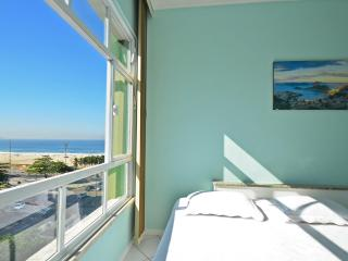 Economical studio in Rio de Janeiro with side sea view. C063