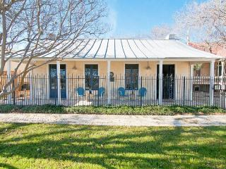 Two Bedroom Historic Cottage - Downtown