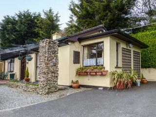 TREETOPS, semi-detached, single-storey, WiFi, off road parking, patio, near Bray, Ref 923024