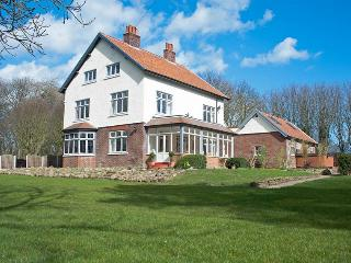 Bourne End House, PRIVATE ONSITE PUB & HOT TUB!
