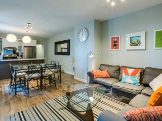 AMAZING LOCATION: Mont-Royal Ave ! Max 13 guests!