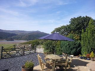 Pine Cottage with Stunning Mawddach estuary view, Arthog