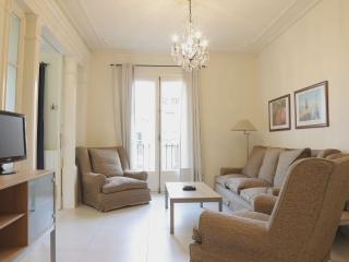 Gaudi Familiar apartment in Eixample Dreta with WiFi, air conditioning, balcony