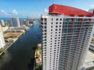 BEACHWALK RESORT PENTHOUSE 2/2 FREE BEACH SERVICE, Hallandale