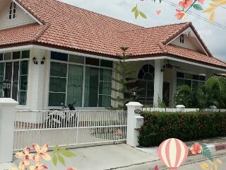 Meng Beach House, Phe