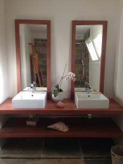La salle de bain, grande, moderne et fonctionnelle avec double vasques et douche à l'italienne