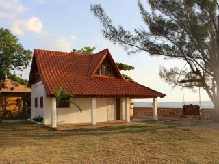 Private and secluded beach side cottage, Black River
