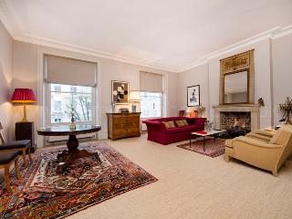 Stunning and spacious one bedroom apartment in Maida Vale with beautiful communal garden, London