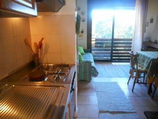 Cucina soggiorno con ampia finestra sul parco riserva naturale poverella.