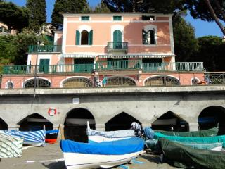 Very pleasant villa right at the beach promenade!, Levanto