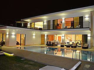 Villa Paraiso, sleeps 8, driver/car