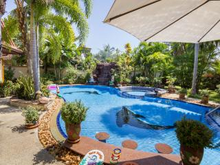 Relaxing Palm Pool Villa with Large Private Garden, Pattaya