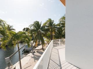 Tiki Chalet Canal Front Home with Easy Access