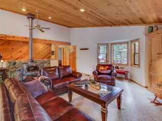 Tahoe chalet w/shared hot tub, tennis, pool & room for 10, Truckee
