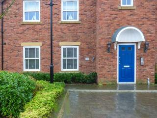 BLUE BAY VIEW, pet-friendly ground floor apartment, swimming pool, close beach, Filey Ref 930172