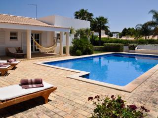 Villa Dome spacious private villa with swimming pool and 3 bedrooms, Olhos de Água