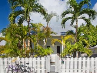 Remodeled Award Winning Home! Private Pool, Gated Parking - Next to Lighthouse, Key West