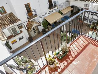 Bright Andalusian flat w/terrace, Puerto de la Duquesa