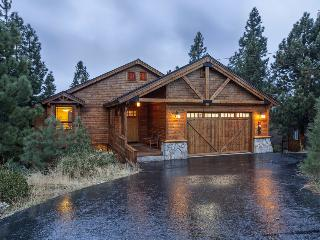 Gorgeous 4BR home with two decks, hot tub and 2 master suites: Hillside Heaven - Hillside Heaven, Truckee