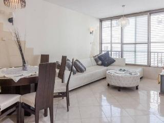 Sea-side nice apart.for RENT 4 rooms-by the beach!, Bat Yam