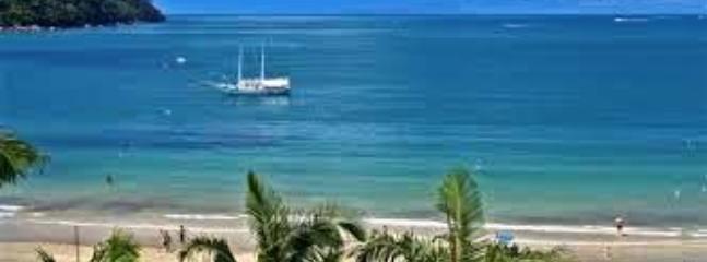 Praia da Enseada de Ubatuba - 150-metros dos chalés.